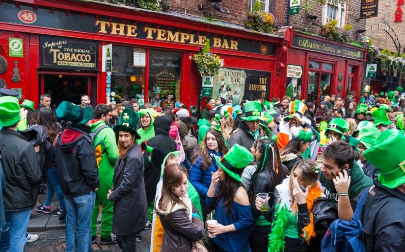 צעירים מחוץ לטמפל בר המפורסם בדבלין